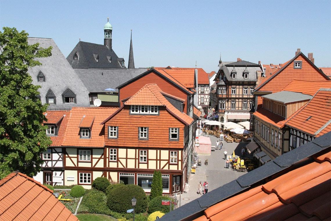 Aus einem der Fenster des Altwernigeröder Apparthotels ist die historische Wernigeröder Altstadt zu sehen.